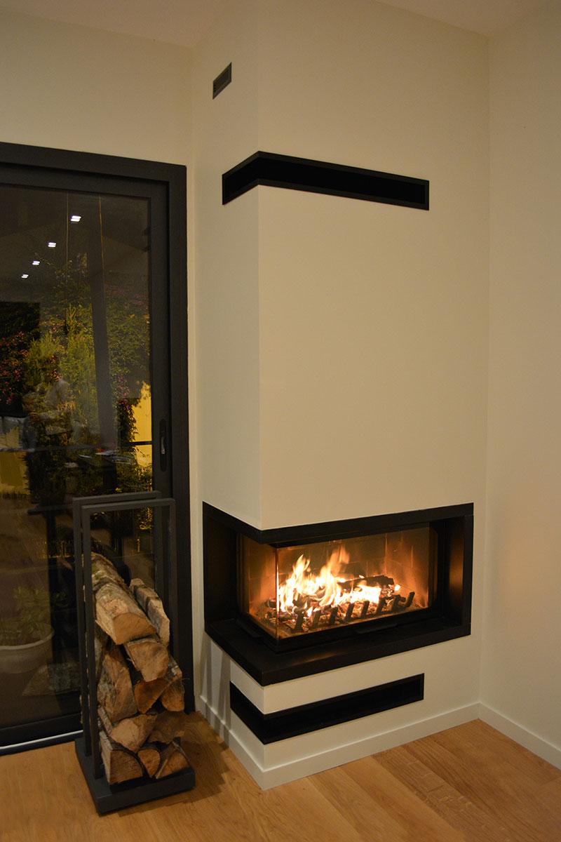 Mise en situation de cheminée à bois Atraflam 16/9ème 800 vitre latérale