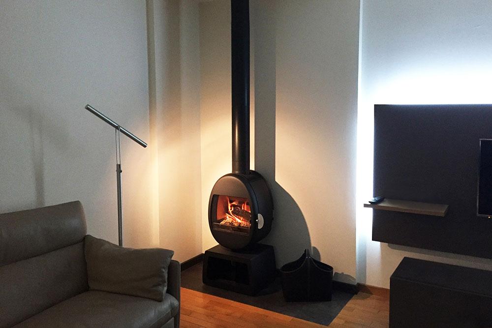 Un poêle à bois Scandinave Scan 66 socle